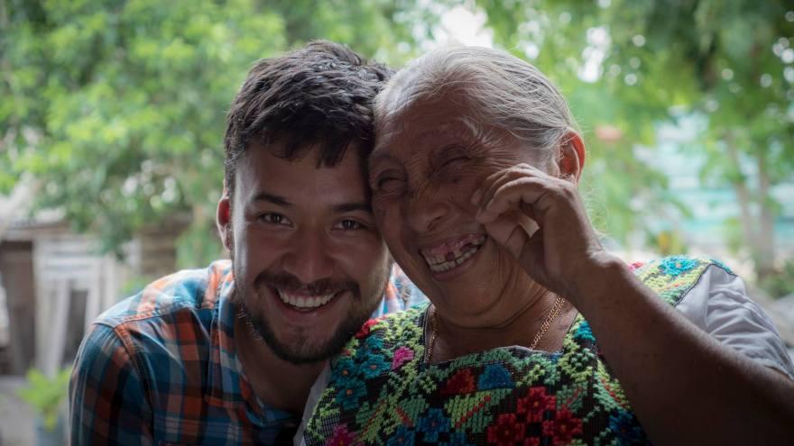 retrato con una abuelita maya